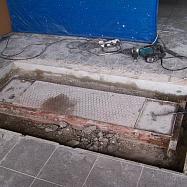 Přesné vyznačení a následné vyříznutí dle vyznačeného tvaru. Poté vybourání podlahy do hloubky asi 150 mm